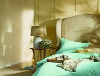 łózko w sypialni