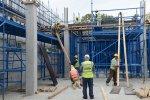 pracownicy firmy budowlanej na budowie