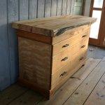 komoda drewniania w pokoju