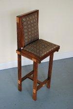 krzesło zrobione z derna łodzi
