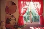 okno z zasłonami