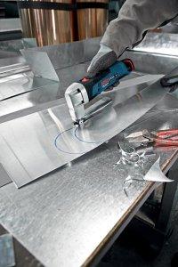 Akumulatorowe nożyce do blachy GSC 10,8 V LI Professional firmy Bosch z wydajnym akumulatorem litowo jonowym